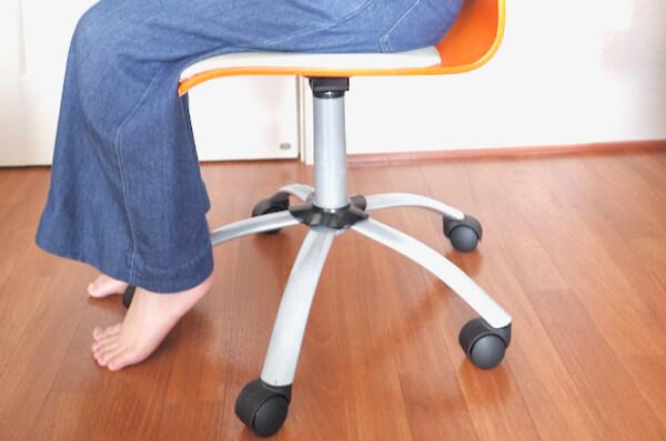 一般的なオフィスチェアの高さだと足が浮く